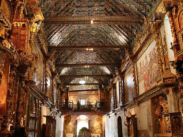 Vista interior de la Iglesia San Pedro de Apóstol en Andahuaylillas  - conocida también como la ´ Capilla Sixtina de América ´