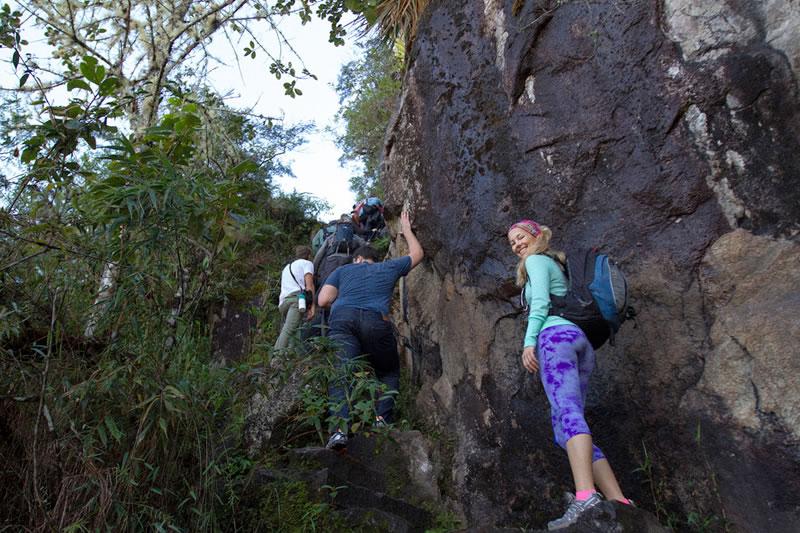 Visitantes percorrendo as trilhas da montanha Huayna Picchu