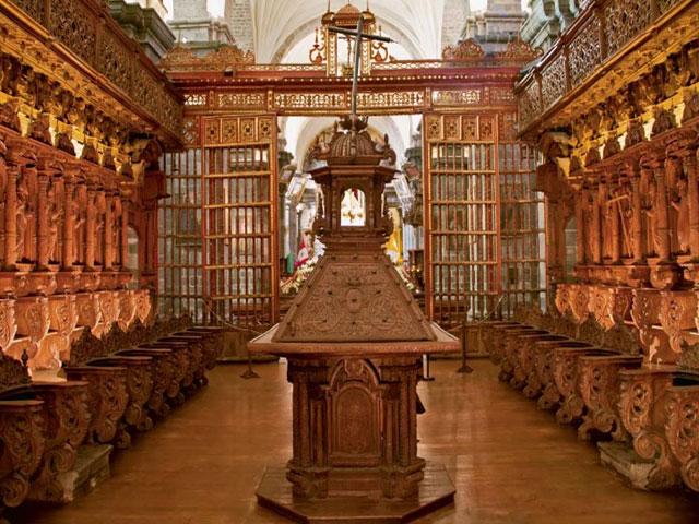 Catedral Cusco  - La Sacristía y Representación de obispos tallado en madera Cedro