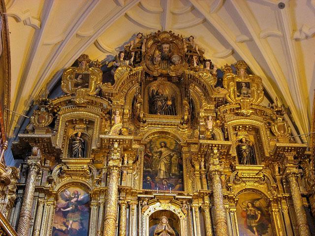 La Iglesia de la Compañia de Jesús - Altar mayor revestido con Pan de Oro