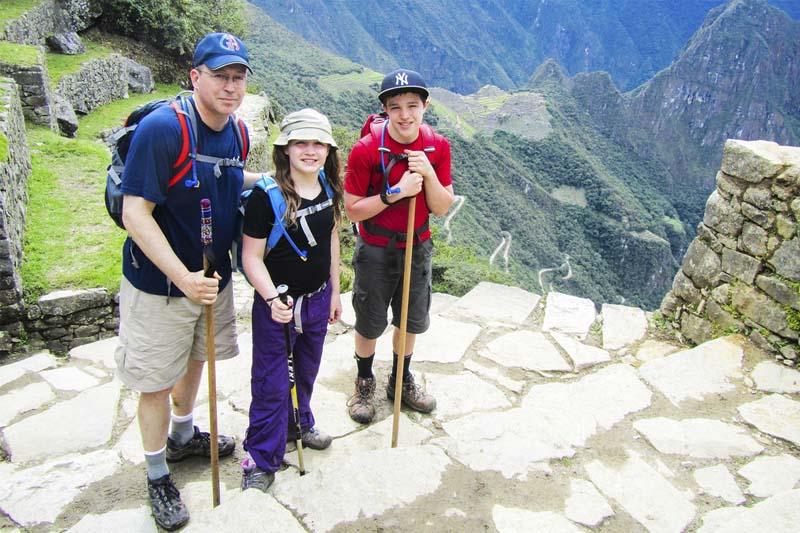 Niños recorriendo Machu Picchu
