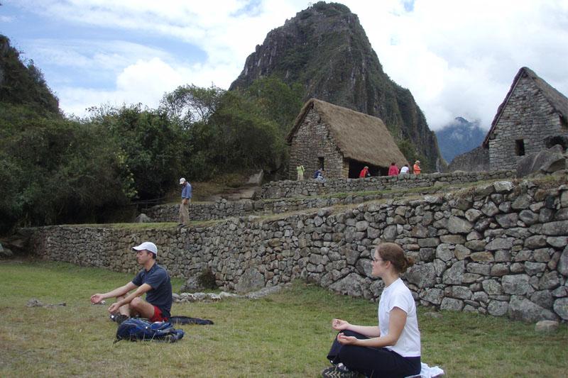 Practicando Yoga en Machu Picchu