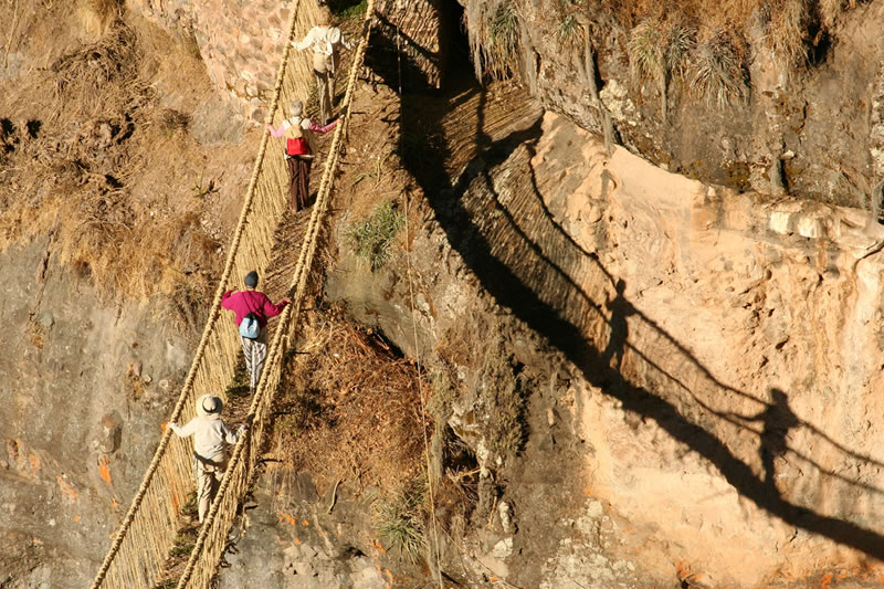 People crossing the Q'eswachaca Bridge