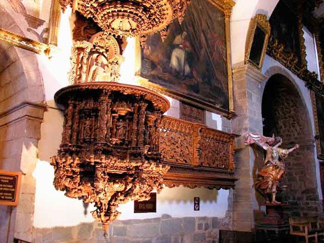 Iglesia de San Blas - Pulpito tallado en una solo pieza de madera cedro al estilo barroco