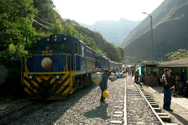 Local train machu picchu
