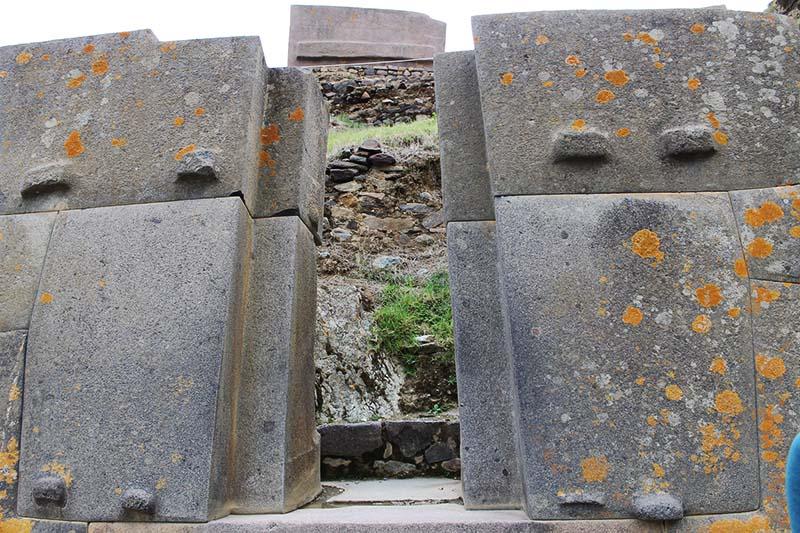 Puerta de piedra en Ollantaytambo