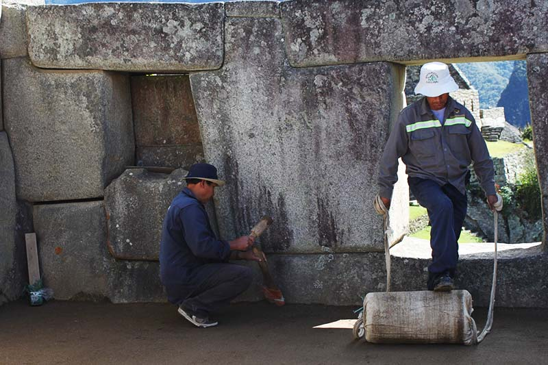 Personal haciendo reparaciones en Machu Picchu