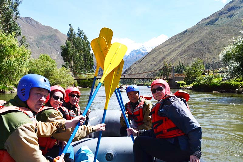 Tourists practicing rafting in the waters of the Sacred Valley