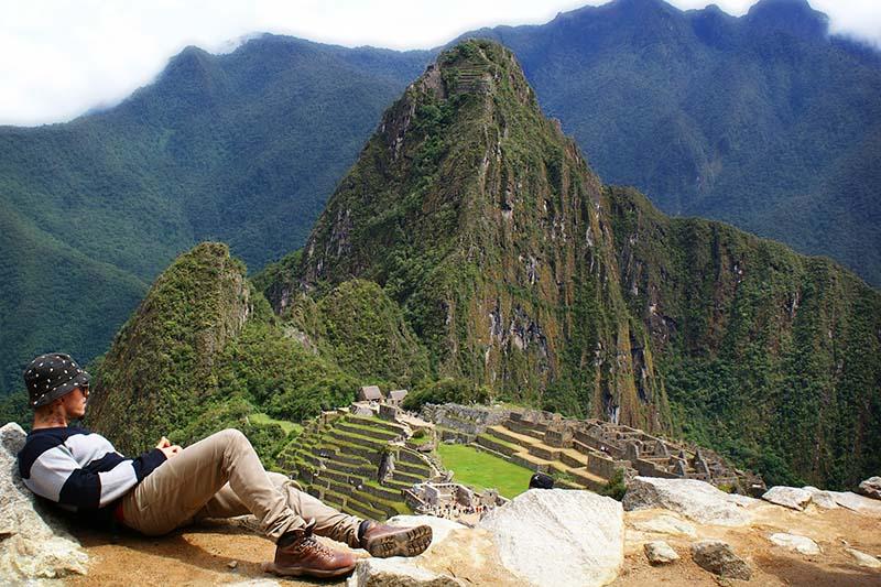 Turista descansando en Machu Picchu