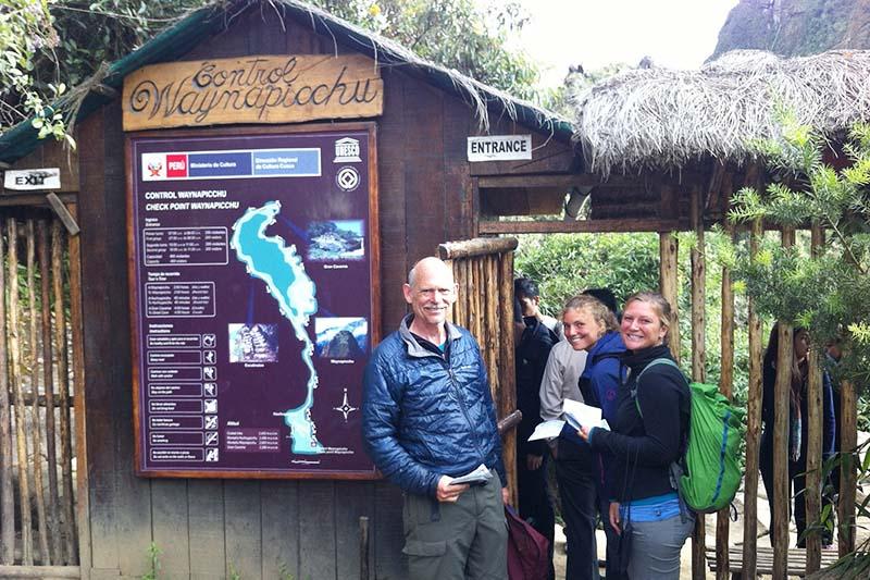 Turistas en la puerta de ingreso a la montaña Huayna Picchu