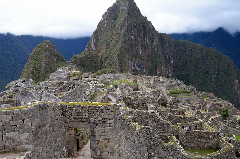 Calles de piedra en la ciudad en Machu Picchu