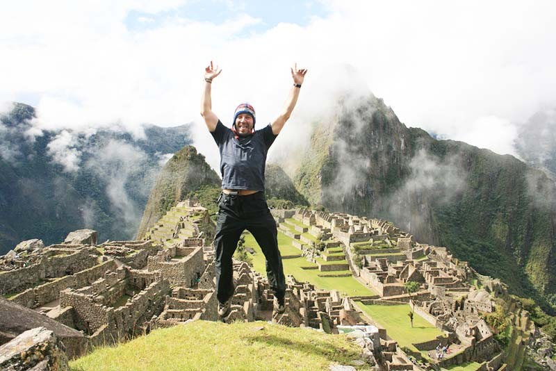 Turista feliz en Machu Picchu