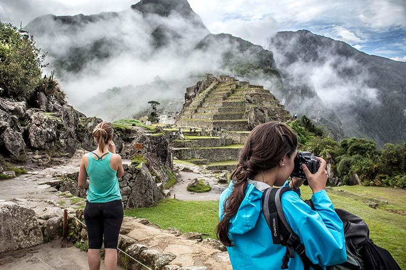 Turistas en el interior de Machu Picchu