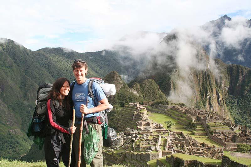 Pareja de turistas en Machu Picchu
