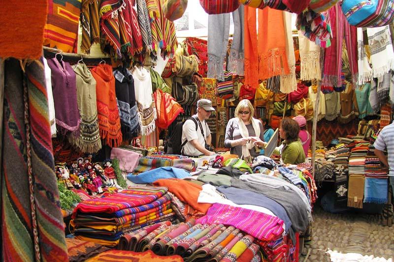 Turistas comprando en el Mercado de Piscac