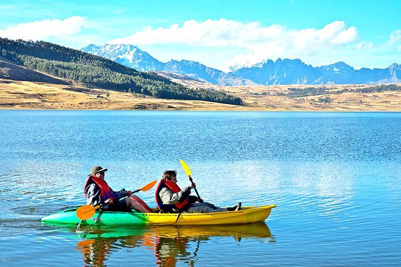 Turistas haciendo paddleboarding