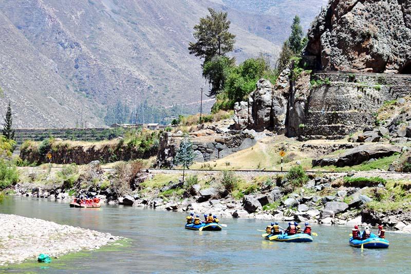 Grupo de turistas practicando rafting