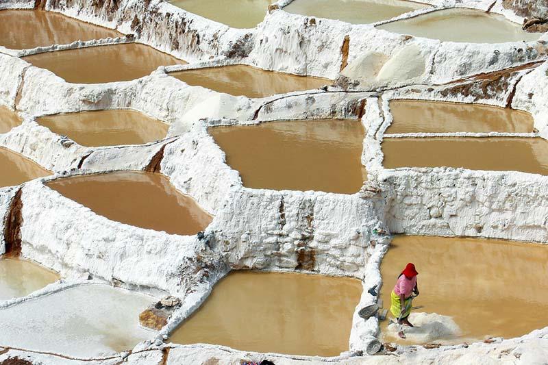 Mujer trabanjando en las Salinas de Maras