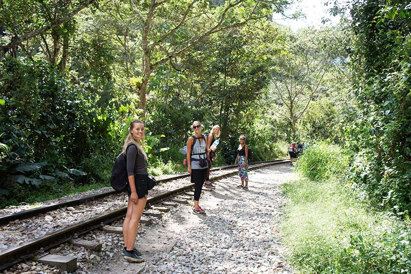 Turistas siguiendo la ruta de Santa Teresa a Machu Picchu