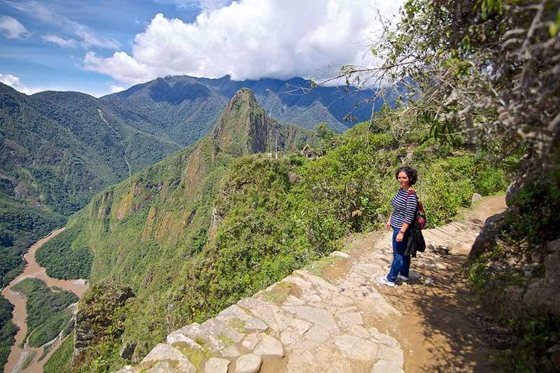 Turista haciendo una de las caminatas en Machu Picchu