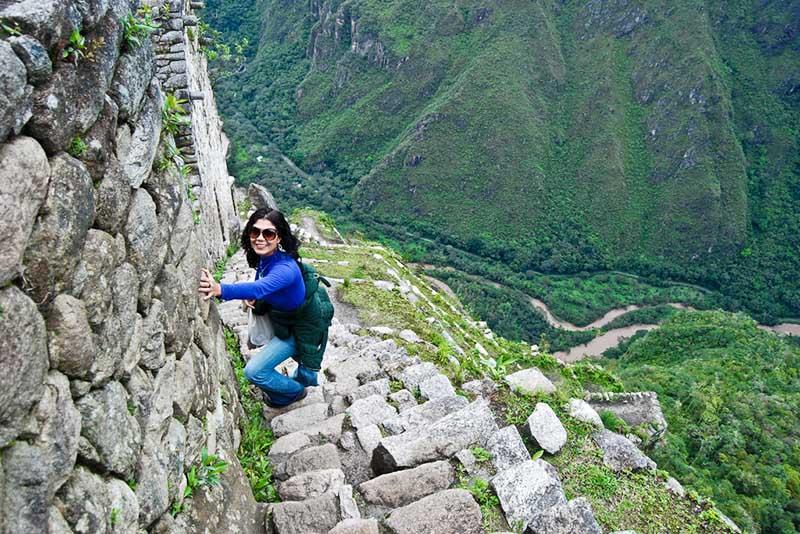 Mujer bajando de la montaña Huayna Picchu