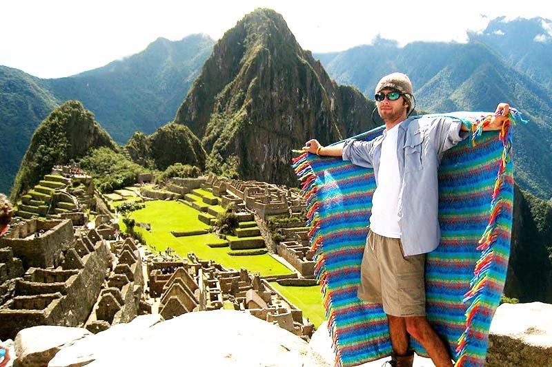 Turista modelando en Machu Picchu