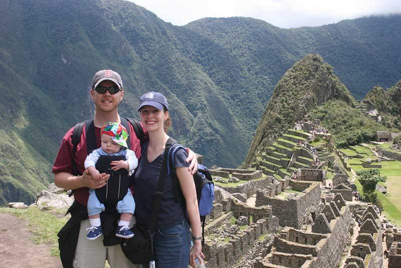 Pareja con bebe en Machu Picchu