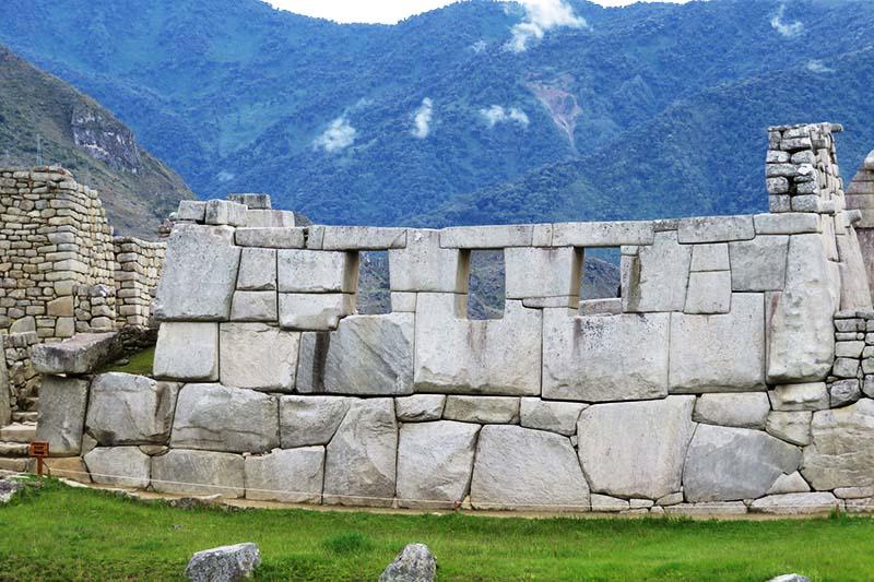 Vista exterior del Templo de las Tres Ventanas