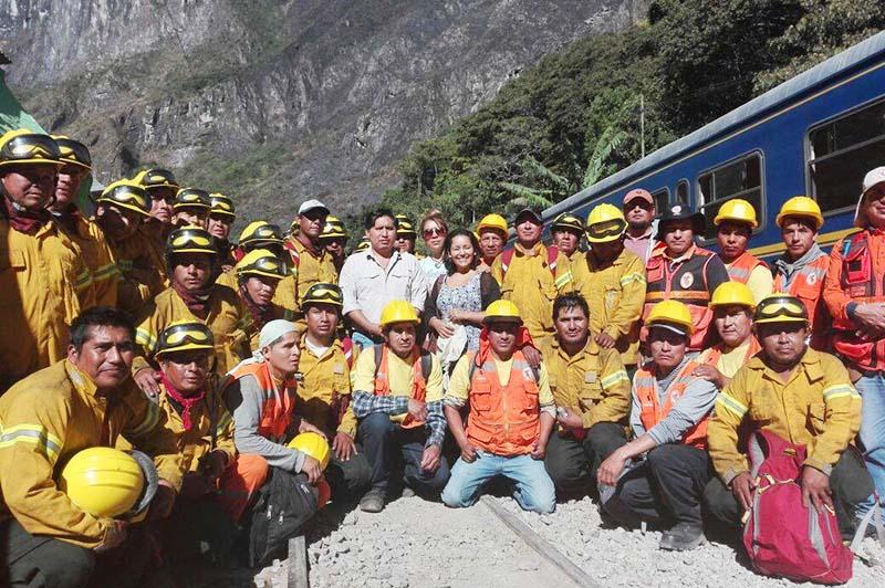 Grupo de bomberos que sofocaron incendio en Machu Picchu