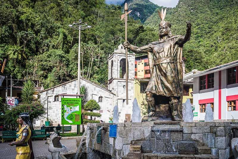 Estatua del Inca Pachacútec, ubicada da en la plaza principal del pueblo de Aguas Calientes - Machu Picchu