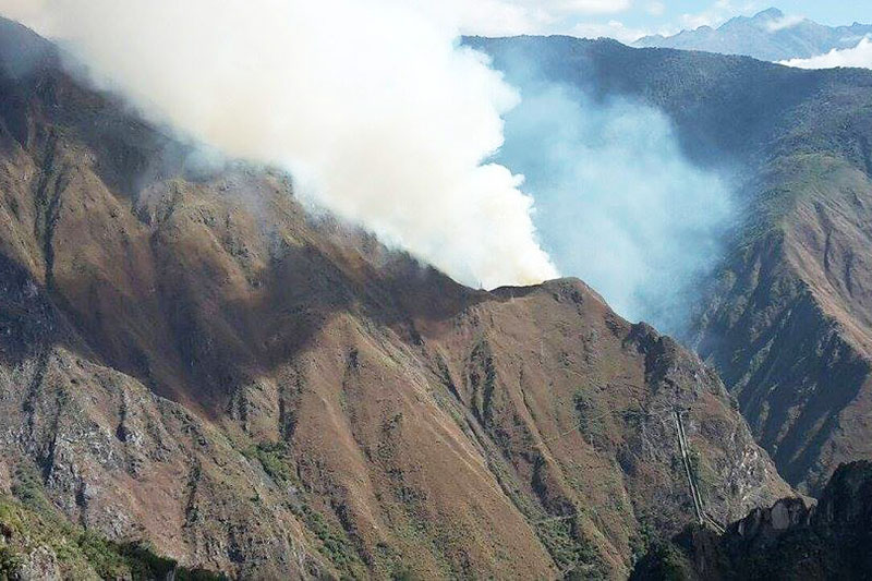 Vista de humo en el incendio cerca a Machu Picchu