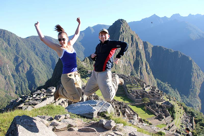 Turistas Saltando en Machu Picchu