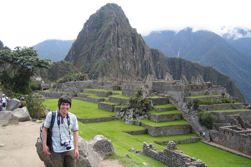 Turista al interior de Machu Picchu