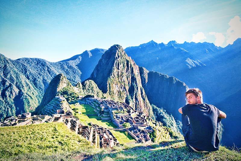 Turista observando Machu Picchu