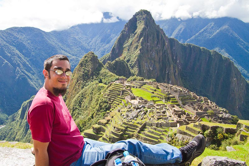 Turista en Machu Picchu sentado