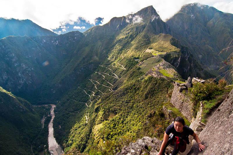 Turista ascendiendo a la montaña Huayna Picchu