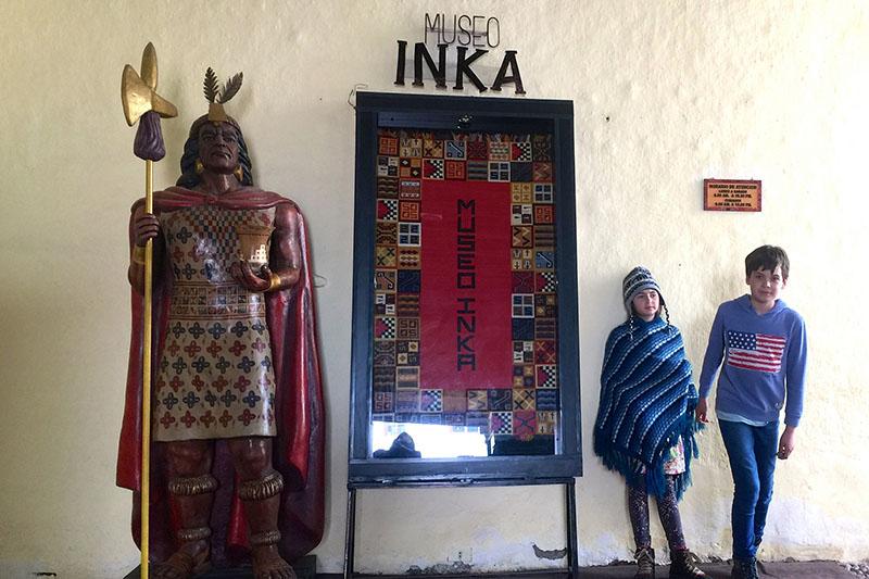 Niños Visitando un museo en Cusco