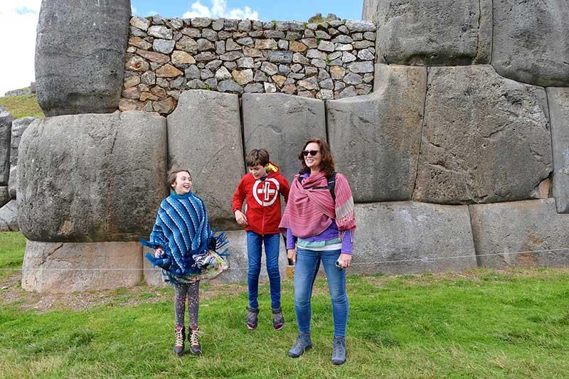 Niños en la plaza principal del Cusco