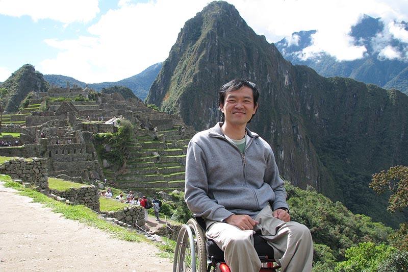 Turista en silla de ruedas visitando Machu Picchu