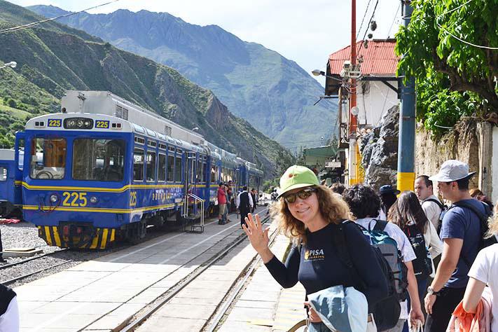 Turista saludando en la estacion de tren