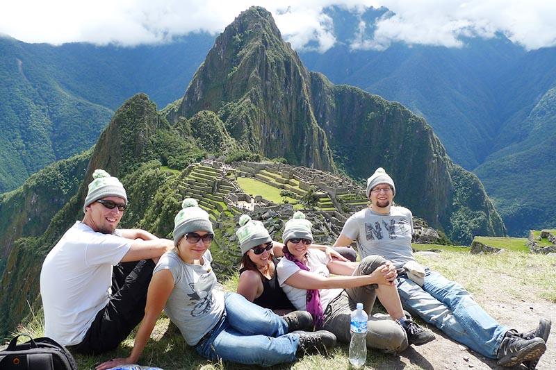 Grupo de amigos descansando en Machu Picchu