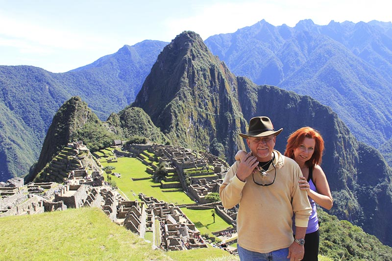Pareja esposos visitando Machu Picchu