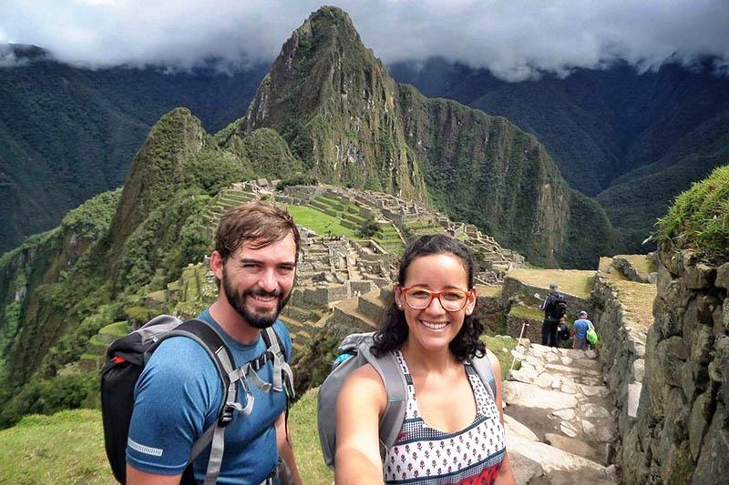 Amigos en Machu Picchu tomando una selfie