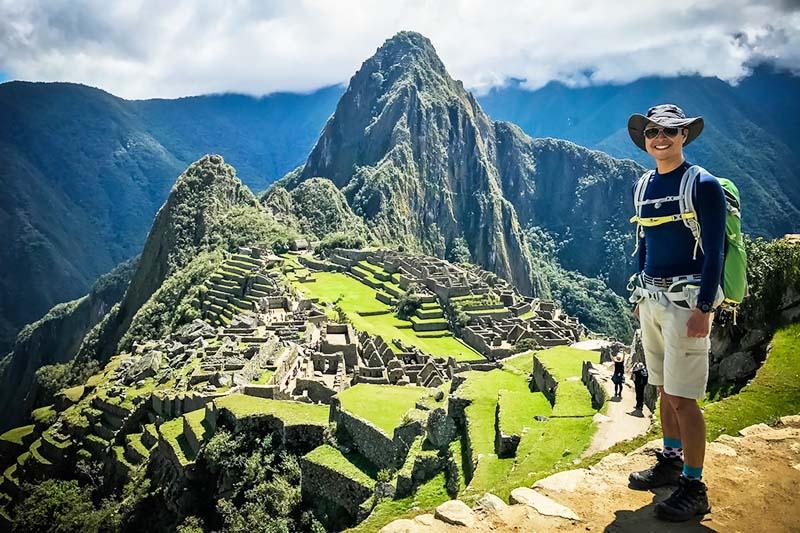 Turista visitando Machu Picchu