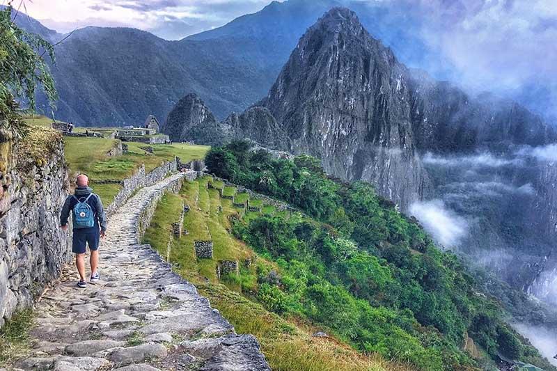Turista llegando a Machu Picchu a través del Camino Inca