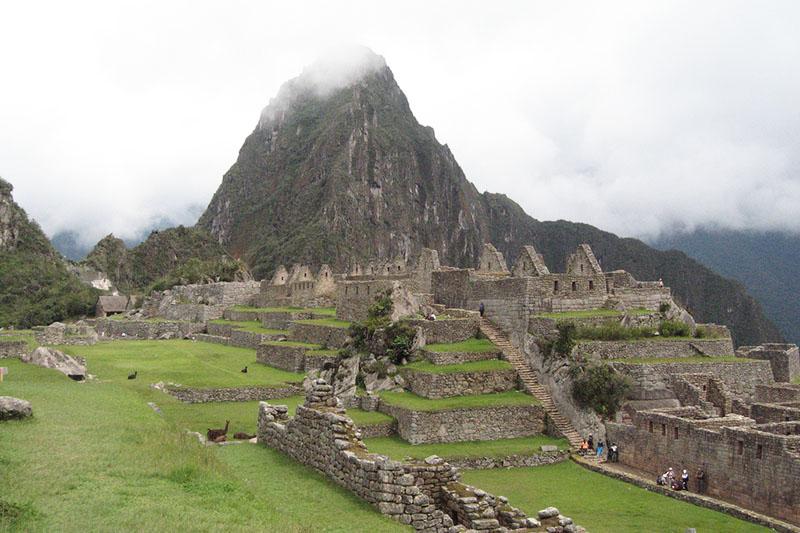 Cima de la montaña Huayna Picchu cubierta de niebla