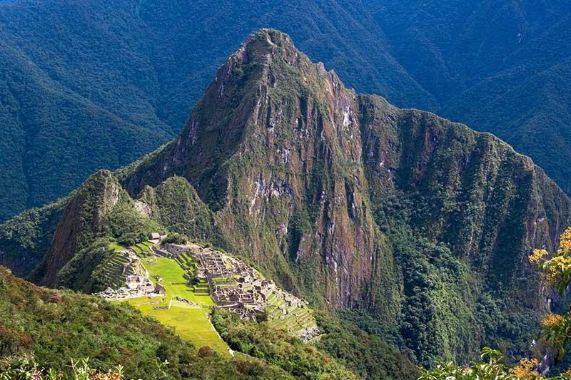 Machu Picchu en lo alto de las montañas
