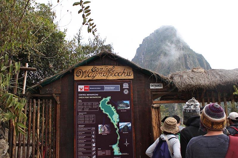 Turistas en la puerta de control de la montaña Huayna Picchu