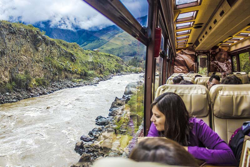 Vista desde el interior del tren Vistadome con rumbo a Machu Picchu