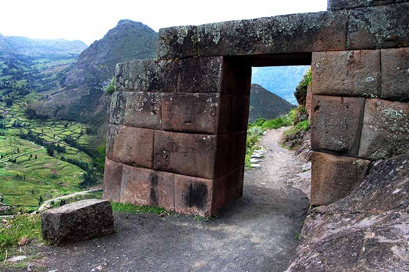 Puerta de ingreso a la antigua ciudad inca de Pisac